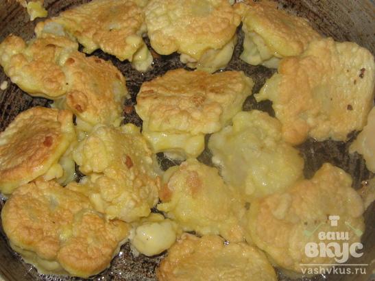 Цветная капуста в кляре в сливочно-чесночном соусе.