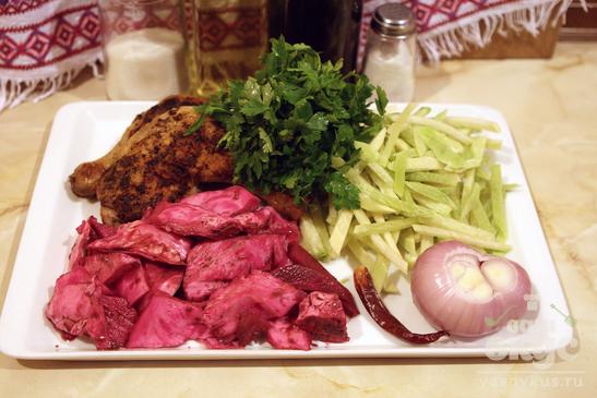 Салат из жареной курицы и маринованных овощей