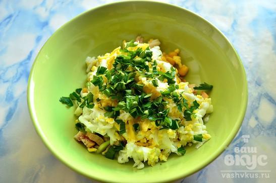 Салат с копченой курицей и яйцами
