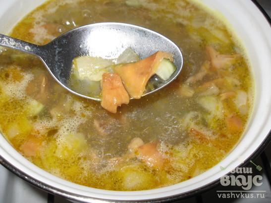 Суп с консервированной семгой и лисичками