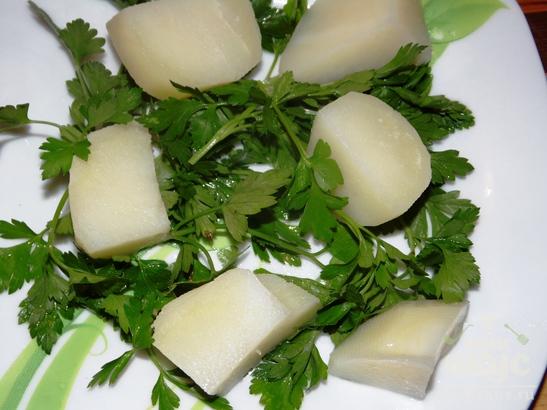 Салат с рыбной консервой и картофелем