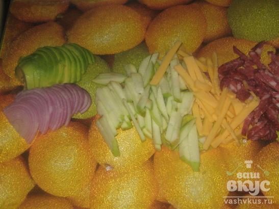 Салат с яблоком, сыром и колбасой