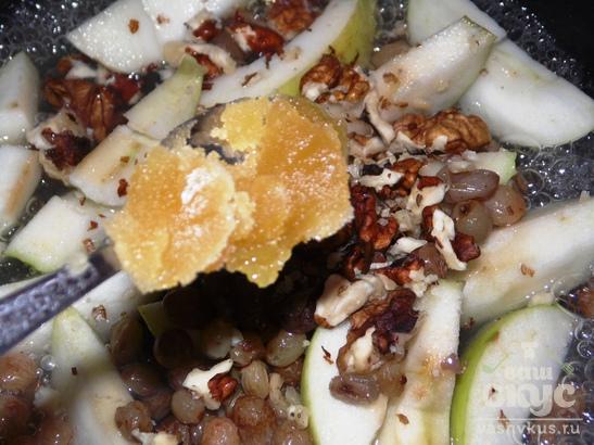Яблоки тушеные с изюмом, орехами и медом