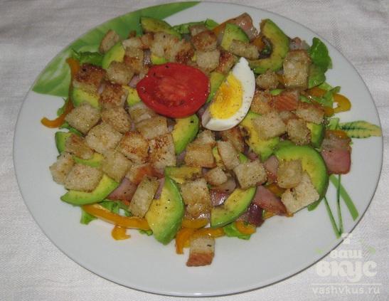Салат с беконом, болгарским перцем и авокадо