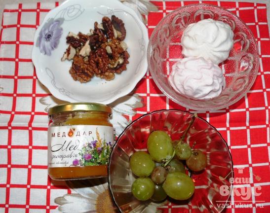 Десерт из винограда, зефира, меда и грецких орехов