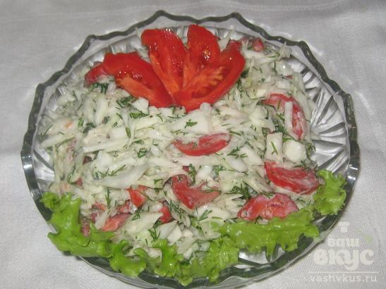 Салат с белокочанной капустой, помидорами и сметаной