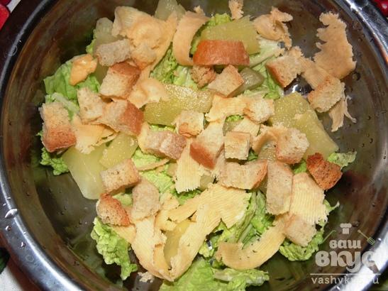 Салат с пекинской капустой, сыром и ананасом