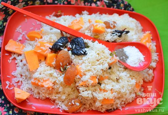 Рис тыквой, курагой и черносливом