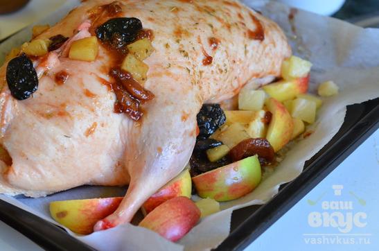 Утка с яблоками, ананасом, курагой и черносливом