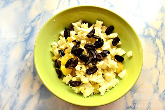 Салат с маслинами и шариками из куриного филе