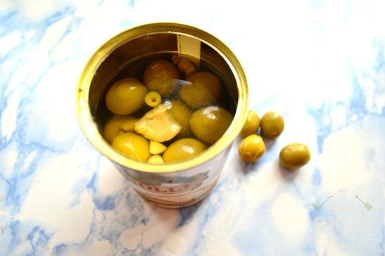 Филе минтая, запеченное под луком и оливками