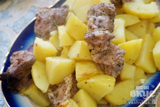 Мясо в специях с картошкой в рукаве