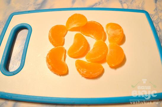 Десерт со сливами, мандаринами и шоколадом