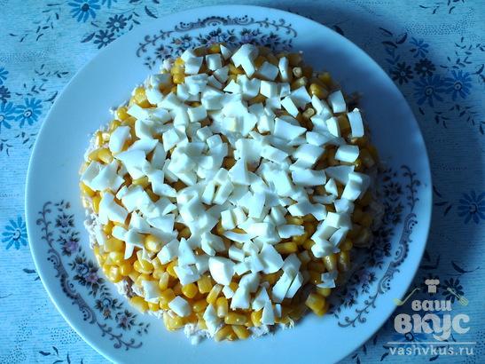 "Салат из курицы и кукурузы с яйцами ""Парижский шик"""