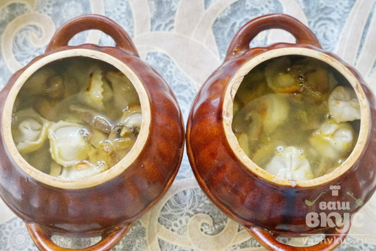 Пельмени в горшочках с грибами и сыром