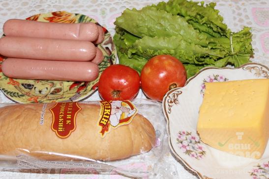Хот-дог с жареными сосисками и помидорами