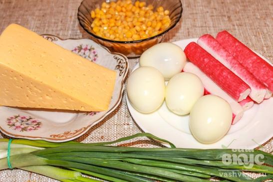 Салат из крабовых палочек с зеленым луком