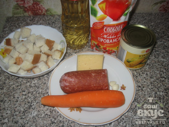Салат с морковью, колбасой, домашними сухариками