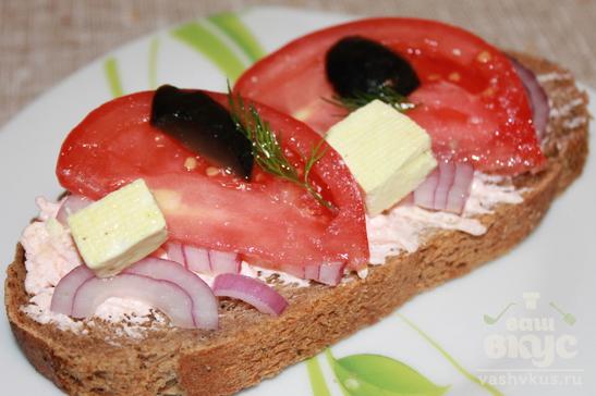 Бутерброд с икрой мойвы, фиолетовым луком и помидором
