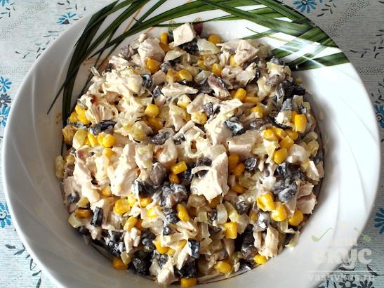 "Салат с грибами, курицей и кукурузой ""Вьюга"""