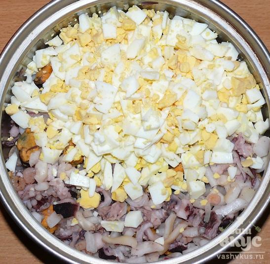 Салат из морепродуктов с яйцом