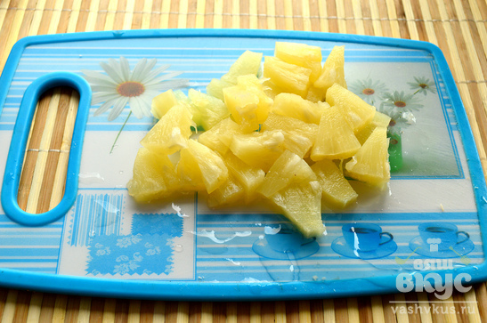 Салат с курицей, ананасом, гранатом и мандаринами
