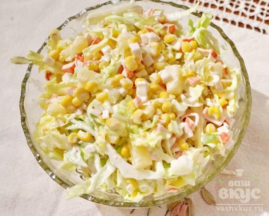 Салат из пекинской капустой, крабовыми палочками, кукурузой