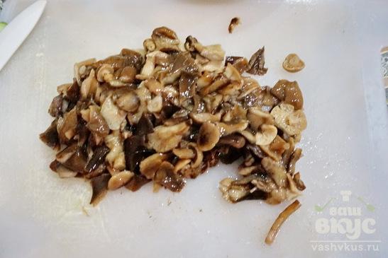 Салат с маринованными грибами и копченой курицей