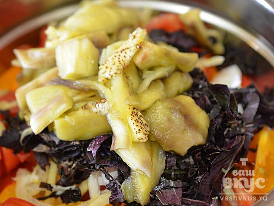 Салат из печёного баклажана с помидором и базиликом