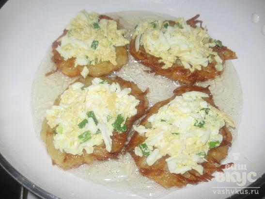 Драники с яйцом и сыром