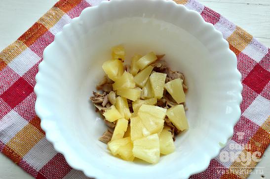 Куриный салат с ананасами и маслинами