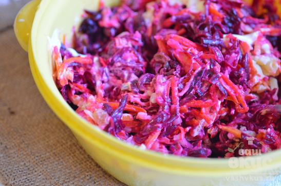 Салат со свеклой, сыром и изюмом