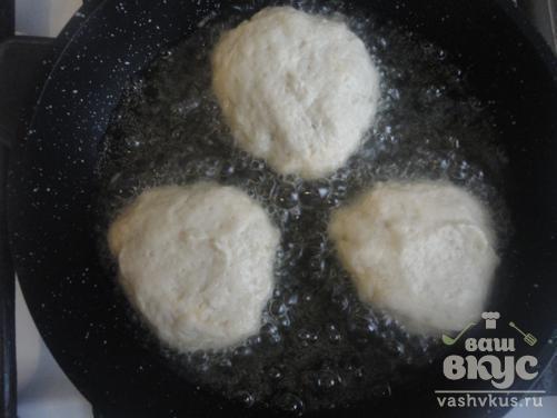 Сладкие пончики с яблоками на сковороде
