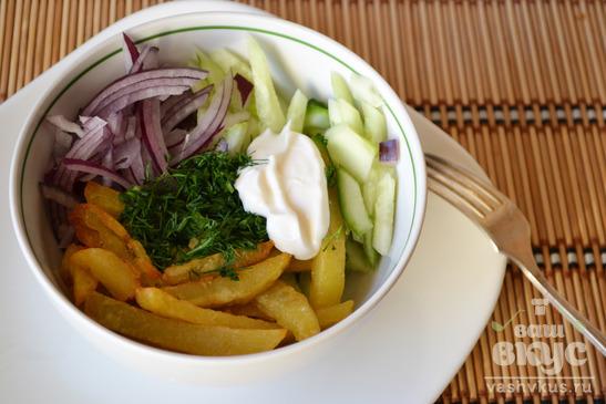 Салат с картошкой-фри, маринованным луком и огурцами