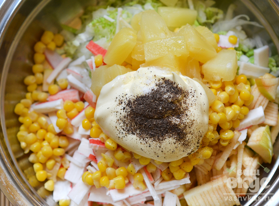 Салат с крабовыми палочками, кукурузой и ананасом