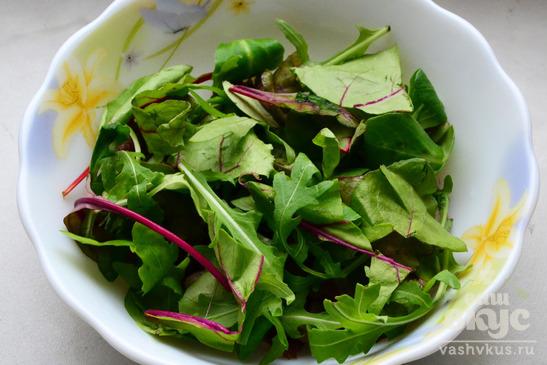 Закуска из салатных листьев с грудинкой