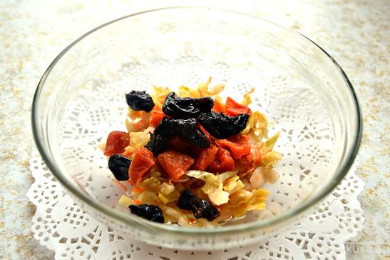 Салат с квашеной капустой и сухофруктами