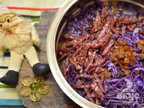 Салат из красной капусты с изюмом и чесноком