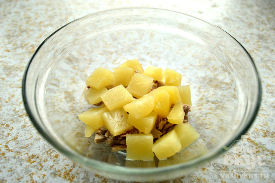 Куриный салат с ананасом и гранатом