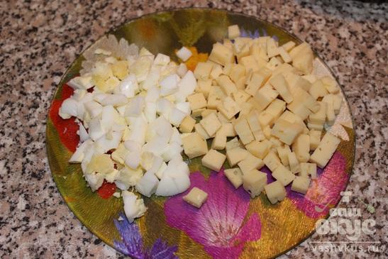 Оливье с курицей и сыром