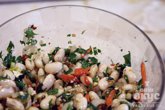 Теплый салат с фасолью