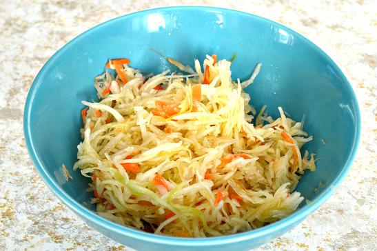 Витаминный салат из моркови с капустой и гранатом