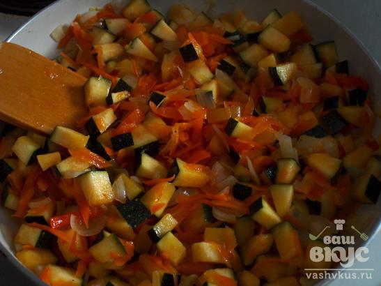 Овощная запеканка с копченой колбасой на сковороде