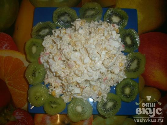 Салат с крабовыми палочками и плавленным сыром