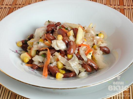 Салат с фасолью, квашеной капустой и кукурузой