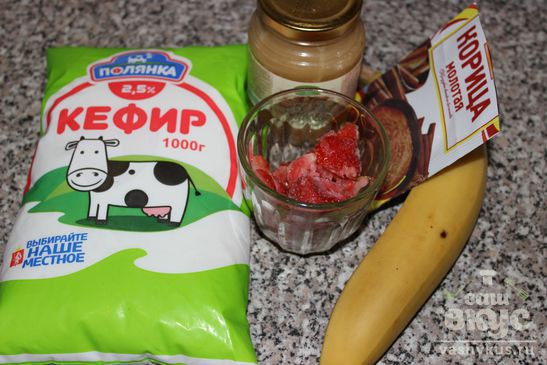 Смузи из кефира, банана и клубники