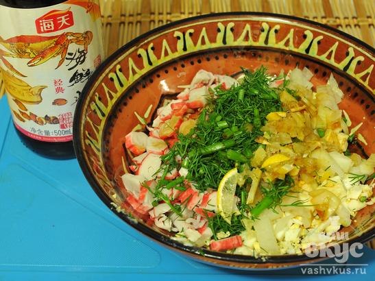 Салат из морской капусты и крабовых палочек с яйцом «Запахи моря»