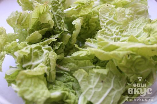 Салат из фасоли, пекинской капусты и сырокопченой колбасы