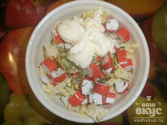 Салат с пекинской капустой, крабовыми палочками и чесноком