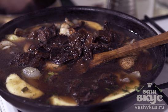 Куриный азиатский суп с бобовой лапшой, кабачками и грибами